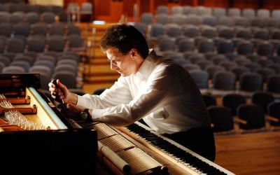 Klavierbau Schlecker: ein Meister in seinem Element