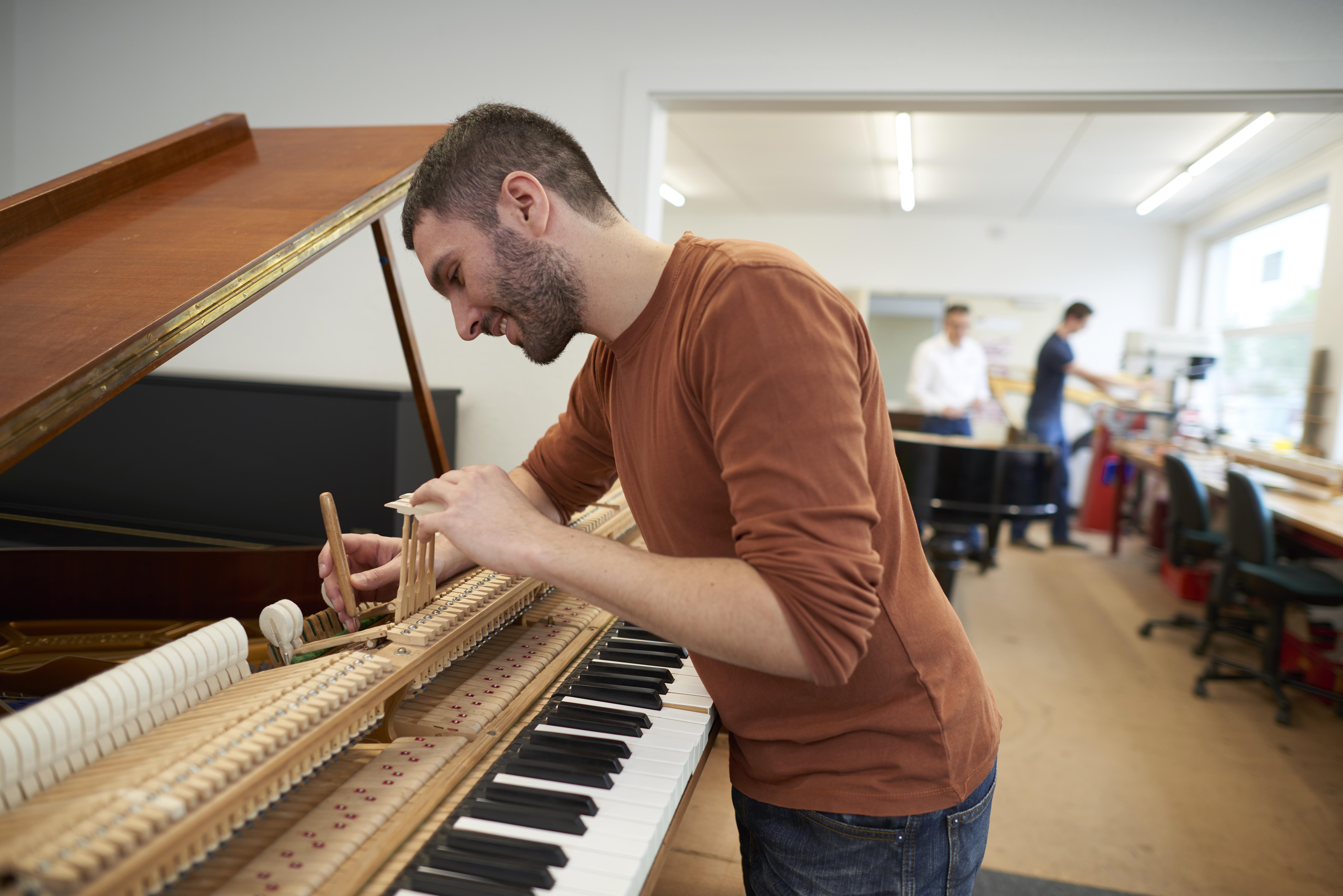 Schlecker Klavierb 5 17 15266 - Schlecker Klavierbau: Handwerkskunst