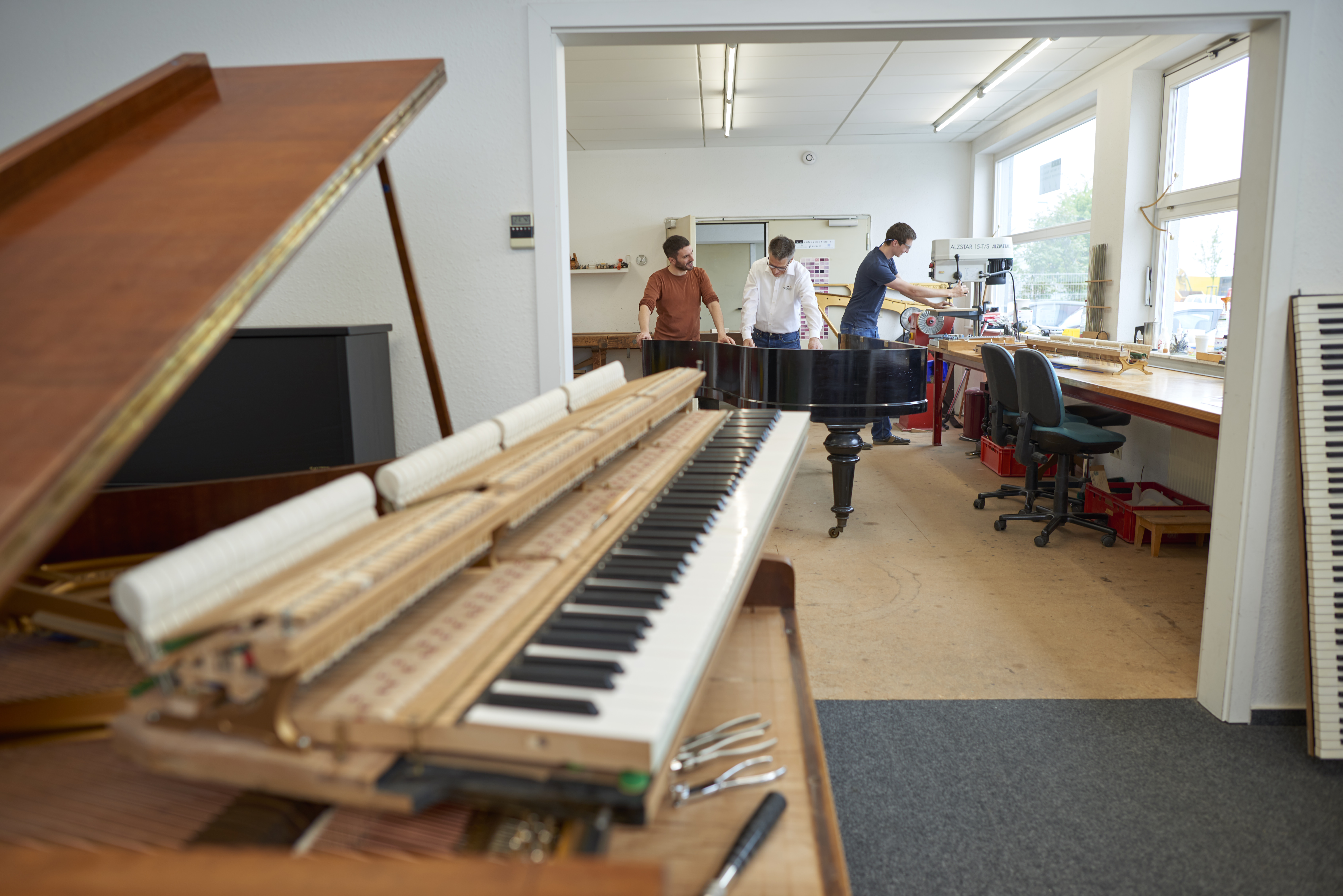 Schlecker Klavierb 5 17 15415 - Schlecker Klavierbau: Handwerkskunst
